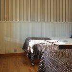 Soveværelse med to separate senge 90 bred, lounge, terrasse, brusebad, WiFi, minibar, 32 tommer LCD-TV, ekstra opredning for børn  i en sovesofa 140 bred. 28 kvm