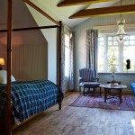 I Herrgårdsvillan med exklusivt badrum med stortbadkar och separat dusch, öppenspis, balkong, himmelsäng 180 bred, 40 tums Led-Tv, minibar, wifi, badrockar, 47 kvm