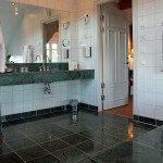 I Herrgårdsvillan,  exklusivt badrum med stortbadkar och separat dusch.