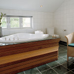 I Herrgårdsvillan, exklusivt badrum med stort badkar och separat dusch